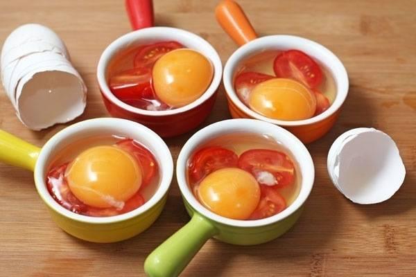 2. Теперь вбиваем туда же яйца. Солим, перчим по вкусу, но стараемся не повредить желток.