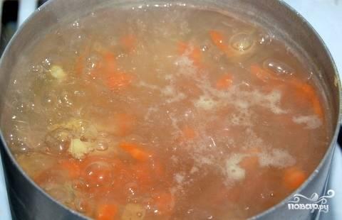 Очистите морковку и картошку. Вымойте и нарежьте их брусочками. Бросьте овощи к фрикаделькам, варите вместе на слабом огне десять минут, снимая образовывавшуюся пенку.