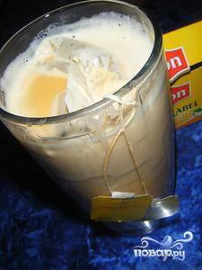 Начинаем приготовление весьма необычно - в стакан молока кладем два пакетика чая, и ставим его в микроволновку на 2 минуты.