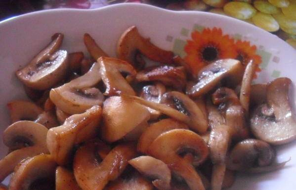 На сковороде, в растительном масле, обжарьте грибы, можно также добавить сливочное масло. Жарим до красивого золотистого цвета.