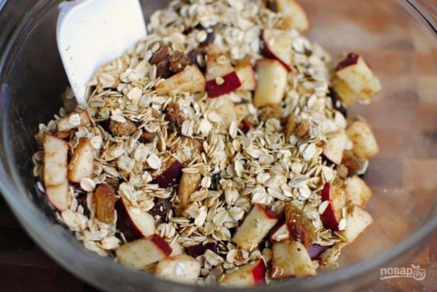 В смесь добавьте мускатный орех, корицу, соль и растаявшее масло. Всё перемешайте.