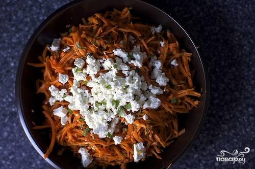 6. Выложите морковь в салатник, полейте заправкой. Осталось только добавить немного измельченной свежей зелени и сыр по вкусу (в данном случае это фета). Аккуратно все перемешайте, и ароматный салат из морковки с чесноком в домашних условиях можно подавать к столу.