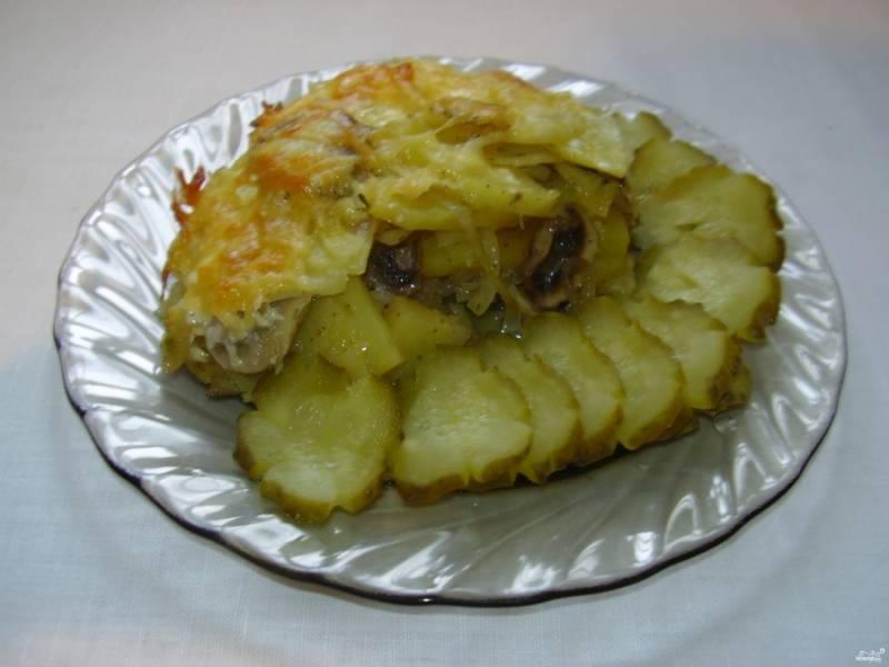 Готовую картошку с грибами и сыром в духовке можете подать со свежими овощами или с солеными огурчиками. Приятного аппетита!