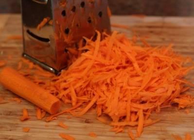 Очищаем морковь и натираем на крупкой терке.