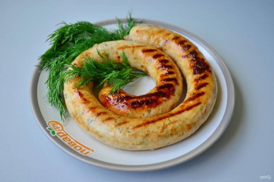 11. Готовые колбаски сразу подавайте горячими к столу.