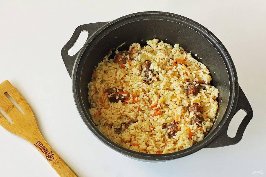 В конце все ингредиенты перемешайте. Рис с квашеной капустой и мясом готов.