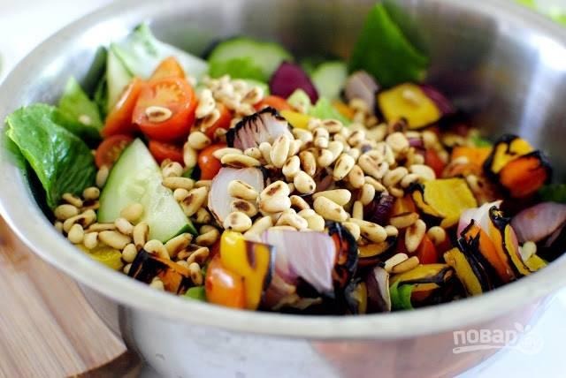 8. Выложите овощи, добавьте соль и перец, орешки. Аккуратно перемешайте и заправьте по вкусу оливковым маслом. Приятного аппетита!