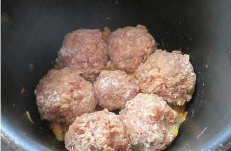 2. Оставшуюся овощную смесь выкладываем на дно скороварки, наверх выкладываем тефтели. Формируйте их влажными руками и обваливайте в муке, так они будут держать форму.