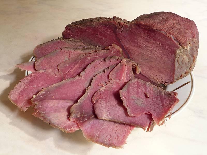 Готовое мясо нарезаем и подаем к праздничному столу. Приятного аппетита!