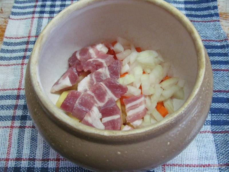 Нарежьте кубиком лук, мясо - произвольно и выложите в горшочек.