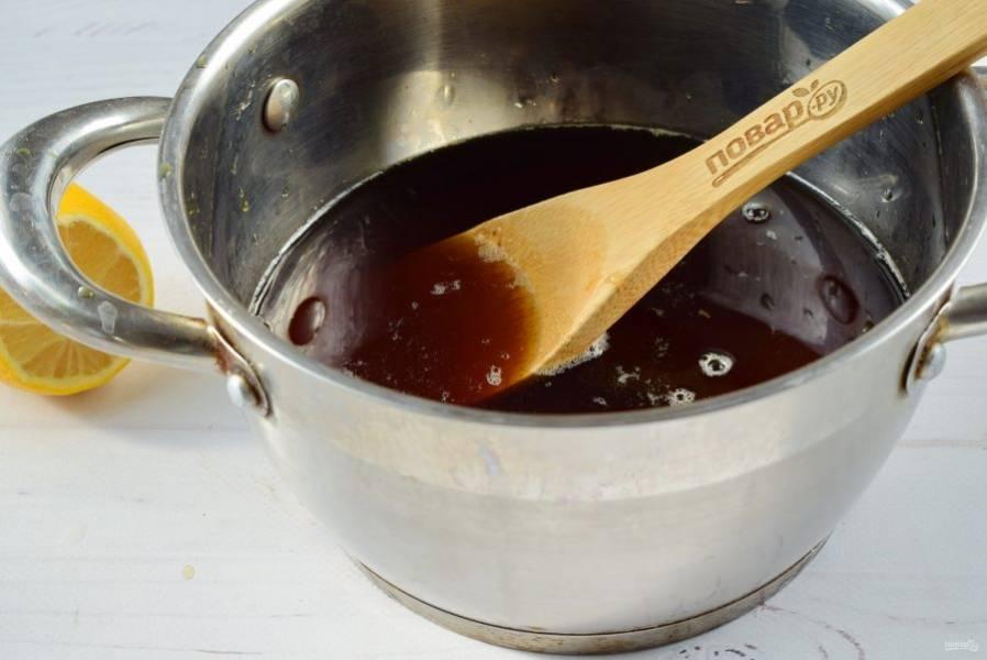 Утром отожмите мяту и эстрагон, полученный настой процедите через мелкое сито. Добавьте в него сахар, доведите до кипения. На медленном огне варите в течение 10 минут. Затем влейте лимонный сок, варите еще 2 минуты.