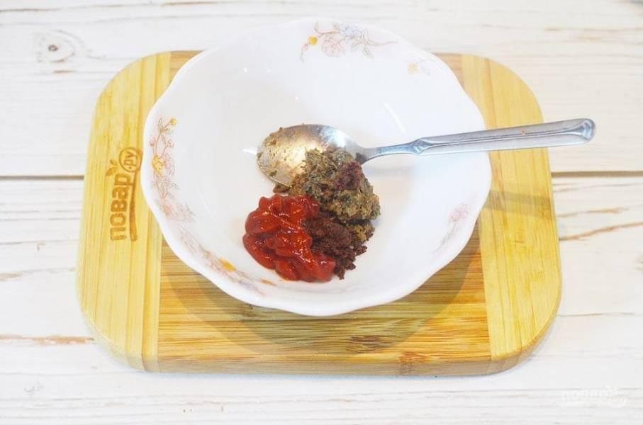 4. Смешайте томатную пасту и все специи.