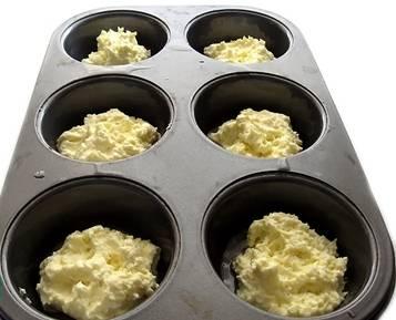 3. Теперь смазываем формочки для запекания маслом и разливаем тесто.