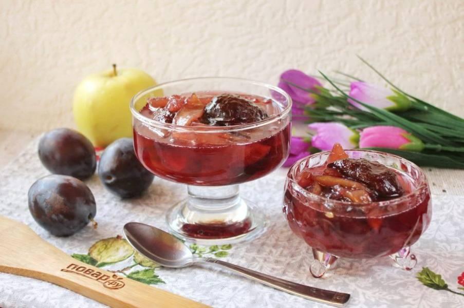 Варенье из слив и яблок в мультиварке готово. Горячим разлейте в стерилизованные банки закройте крышками и храните в прохладном месте.