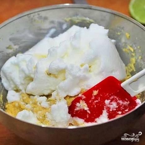 Аккуратненько вводим взбитые белки в тесто.