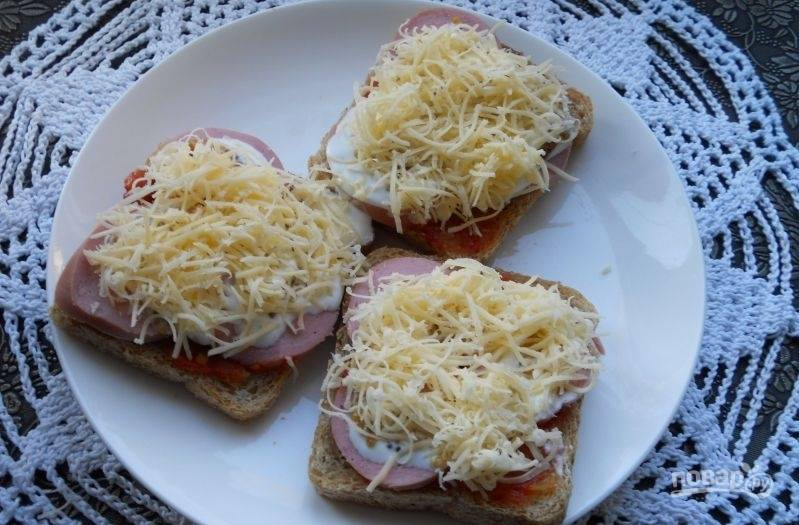 Сверху натрите сыр на мелкой тёрке.