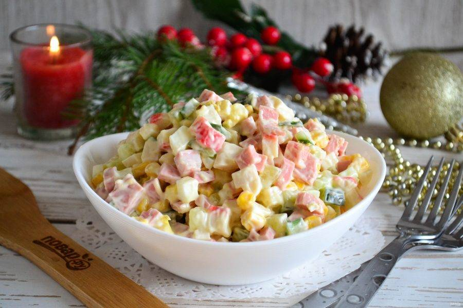 Крабовый салат с колбасой готов. Приятного аппетита!