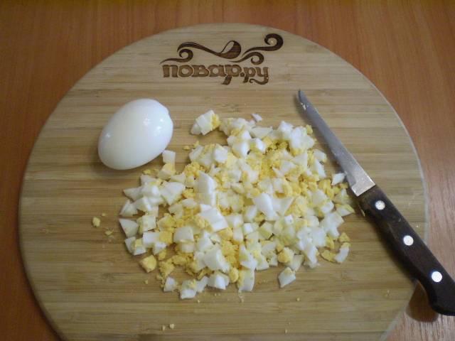 Порубите мелко яйца вареные.