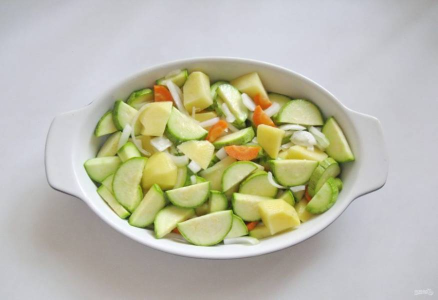 Овощи посолите и перемешайте. Выложите в форму для запекания.