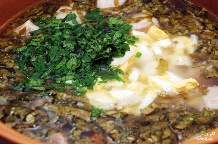 После этого добавьте петрушку и яйца. Готовьте ещё 2 минуты. После добавьте сливочное масло, прокипятите 1 минуту и сразу выключите огонь.