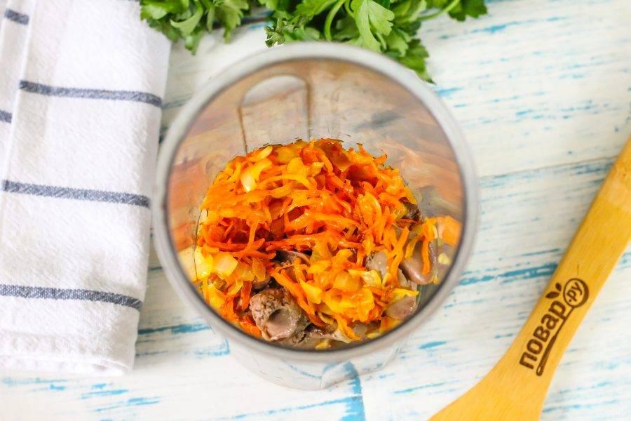Отваренную куриную печень и овощную зажарку пересыпьте в высокий стакан или емкость.