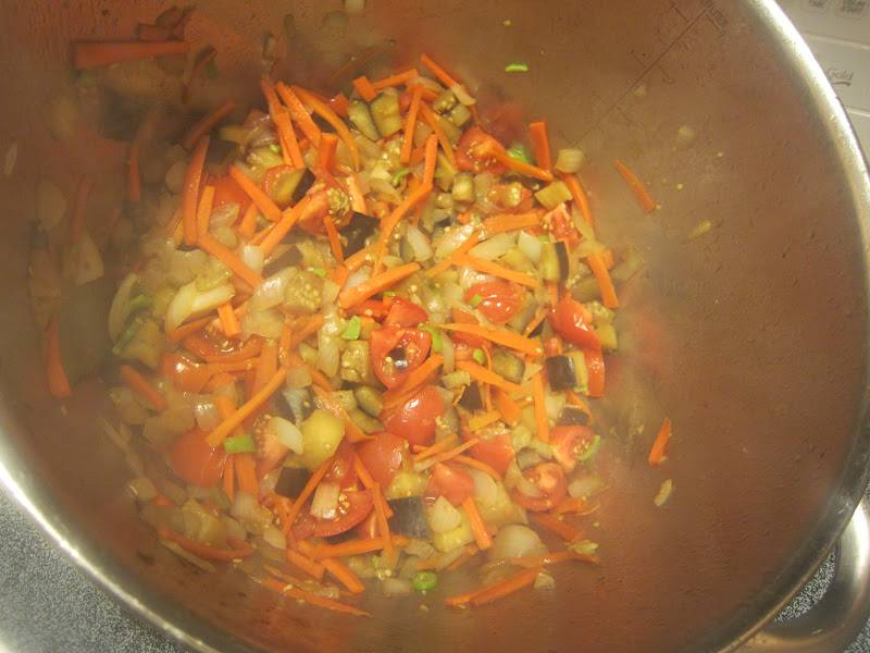 4. В сотейник отправить помидоры и мелко нарезанный перец чили. Тушить около 10 минут. Тем временем очистить и нарезать картофель. Отправить его к овощам, посолить и поперчить по вкусу.