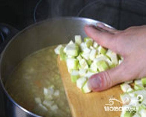 3.Вливаем бульон и доводим до кипения. Добавляем кабачок. Доводим до кипения, огонь уменьшаем, приправляем солью. Суп варим до готовности кабачка.