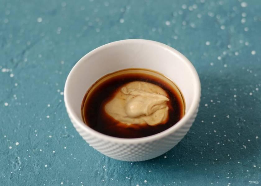 Соедините в одной чашке соевый соус, арахисовую пасту, яблочный уксус и растительное масло.
