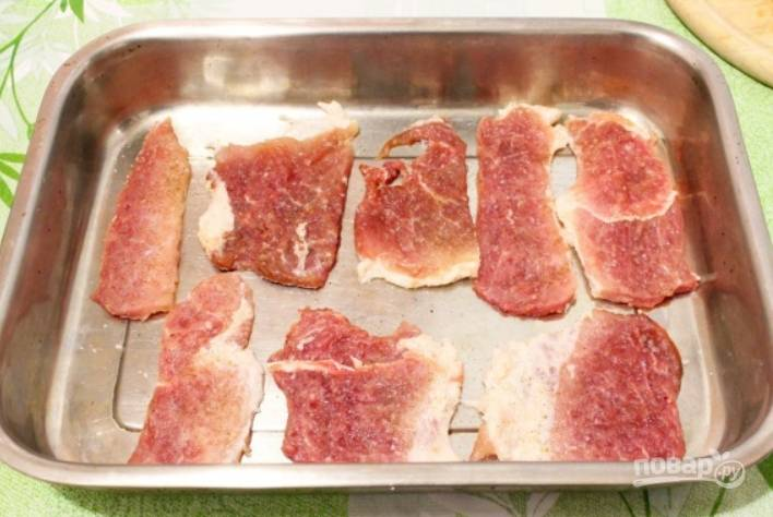 Перекладываем мясо в форму для запекания.