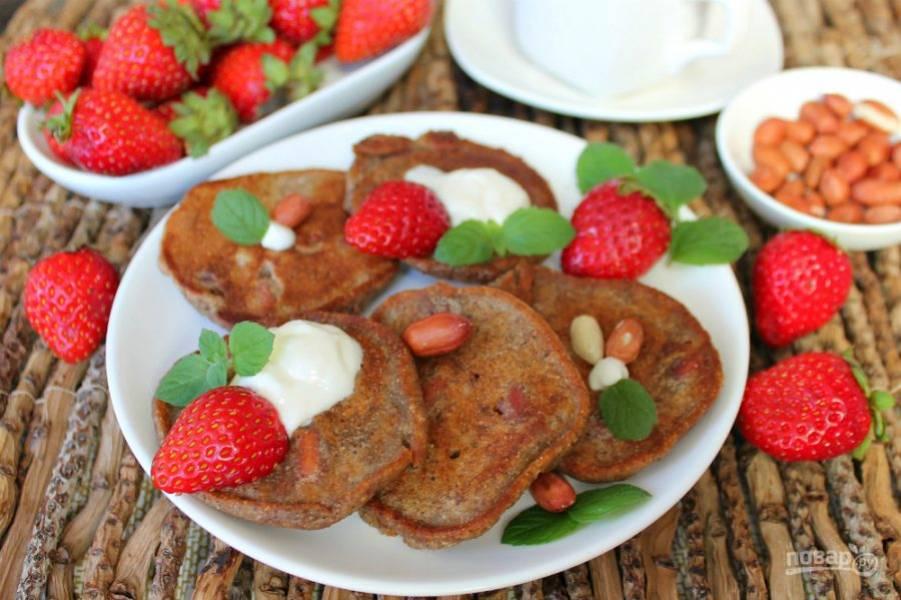 Оладьи из льняной муки готовы. Подаем с ягодами и сметаной. Приятного аппетита!