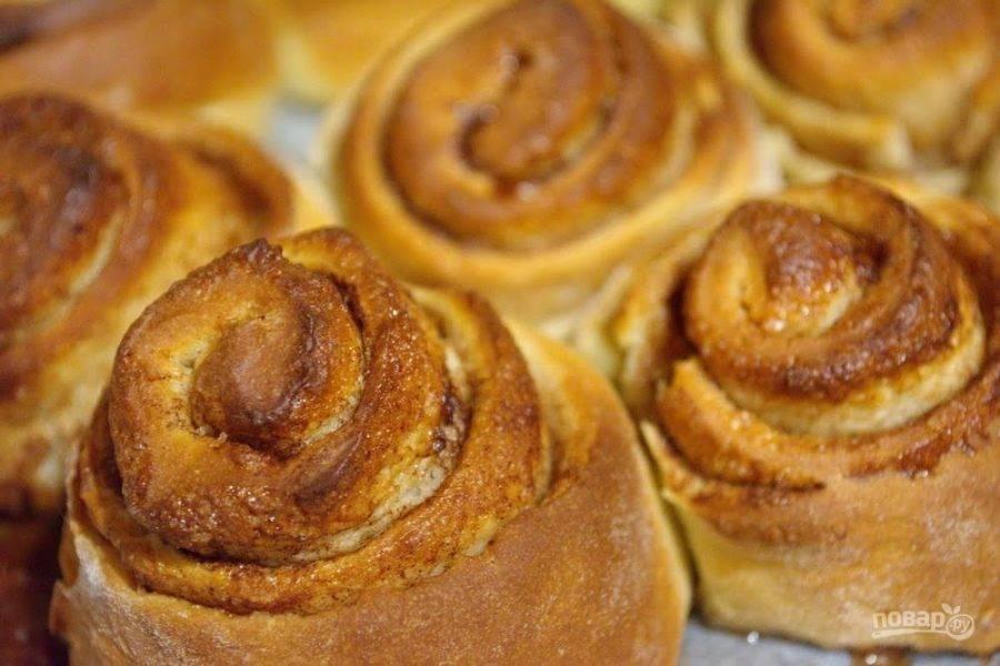 12. Булочки желтком не смазываем. Разогрейте духовку до 180 градусов. Выпекайте булочки в духовке 15-20 минут.