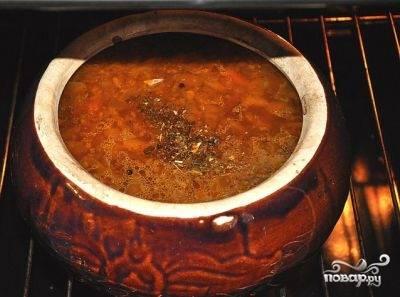 Туда же добавляем процеженный говяжий бульон, мясо без косточки, грибной бульон с грибами и картошкой. Добавляем специи и соль. Можно добавить измельченный чеснок. Закрываем крышкой и ставим в духовку еще минут на 20-30.