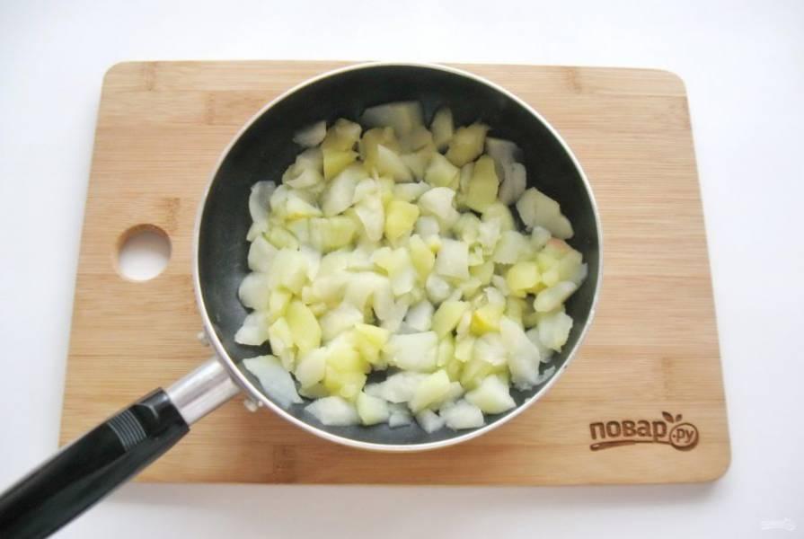 Пока тесто поднимается, приготовьте начинку. Яблоки помойте, очистите, удалите сердцевину и нарежьте произвольно, но не крупно. Выложите в сковороду и тушите до полного испарения сока. Охладите.
