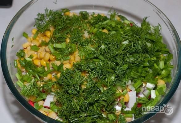 6. Добавьте по вкусу соль, свежую зелень и заправьте майонезом. Аккуратно перемешайте и подавайте к столу. Приятного аппетита!