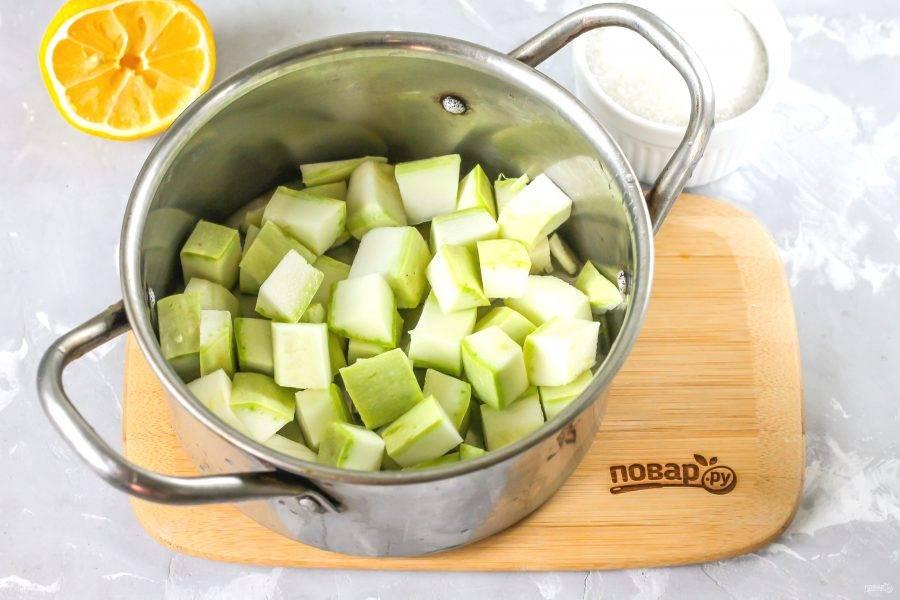 Кабачок промойте в воде, срежьте хвостики с обеих сторон овоща и нарежьте пластинами. Затем пластины нарежьте порционными кубиками и высыпьте нарезку в кастрюлю. Используйте только молодые овощи без плотной кожуры и семян внутри!