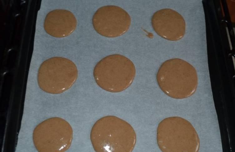 Тесто получается густым, по консистенции напоминает сметану. Застилаем противень бумагой для выпечки, выкладываем небольшие кружочки теста. Выпекаем в духовке 10-15 небольших коржей.