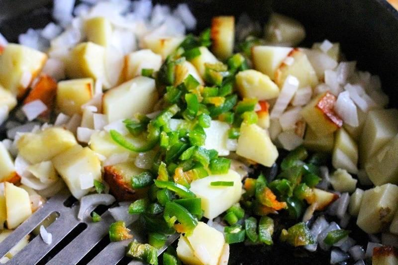 Добавьте мелко порезанный перец чили, молотый тмин, паприку, соль и перец. Перемешайте.
