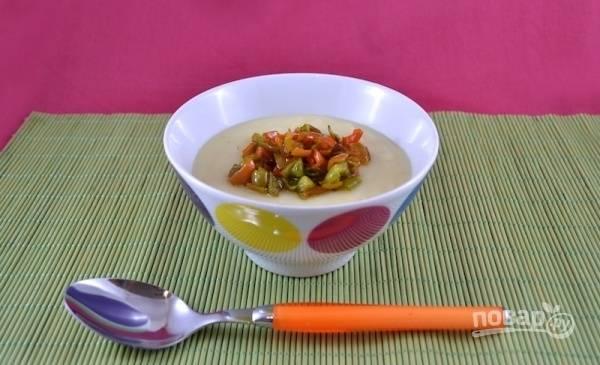 Подайте холодный картофельный суп-пюре порционно, добавив по 1-2 ст. л. обжаренного болгарского перца.