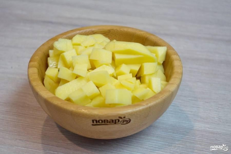 Картофель очистите и нарежьте кубиком.