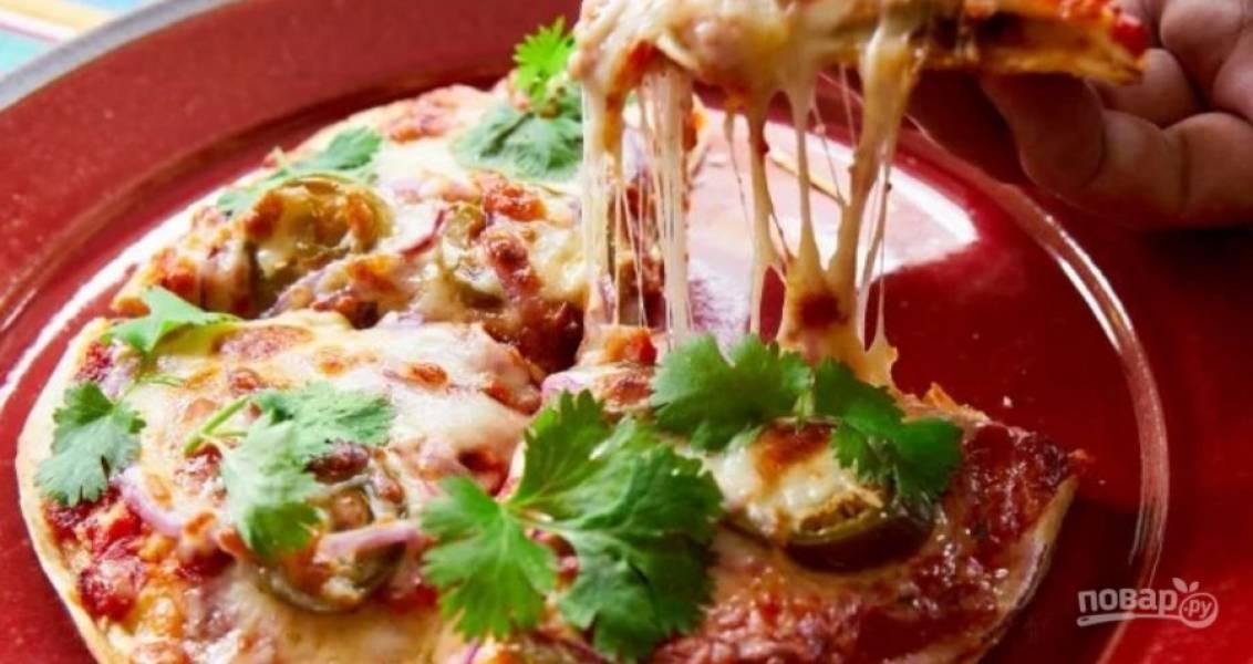 7.Запекайте тортилью в разогретом до 180 градусов духовом шкафу несколько минут, чтобы расплавился сыр, подавайте украсив зеленью.