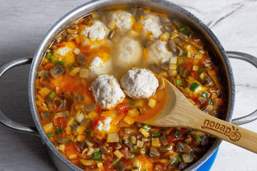 Добавьте заправку в суп и потомите на медленном огне 10 минут. При необходимости ещё немного посолите по вкусу. Суп готов!