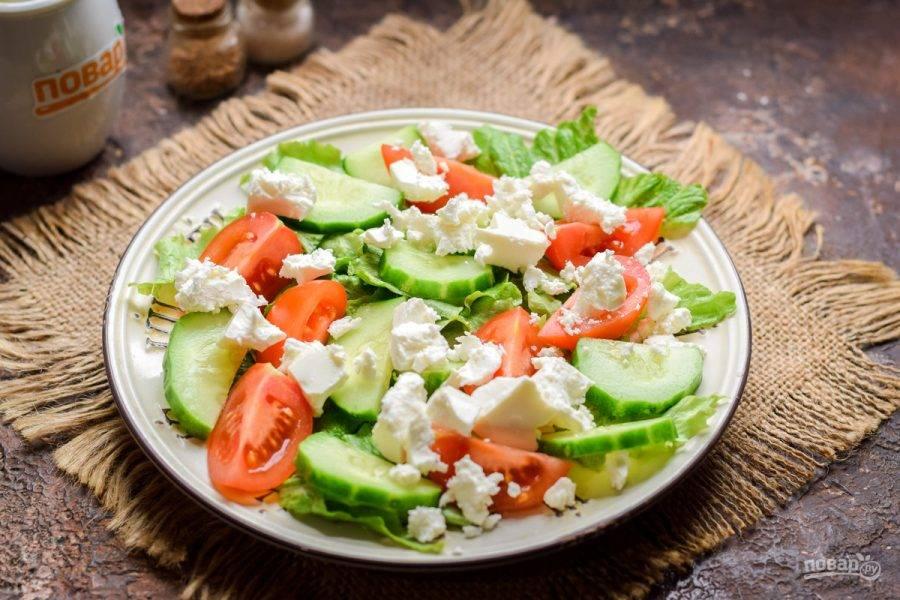 Поверх овощей выложите сыр фета, поломав его руками или нарезав кубиками.