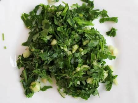 Моем зелень петрушки и мелко нарезаем. Чеснок очищаем и измельчаем. Смешиваем с зеленью петрушки.