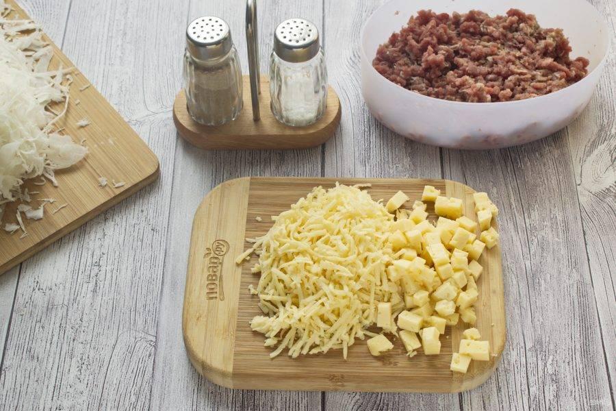 Половину сыра нарежьте мелкими кубиками, остальную часть натрите на терке.