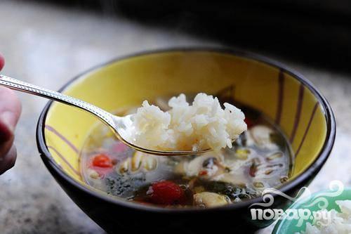 5. Разлить готовый суп по порционным тарелкам, добавить в каждую приготовленный рис и сразу же подавать.