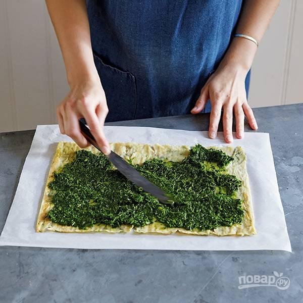 7.Измельчите шпинат с несколькими столовыми ложками лимонного сока и цедрой одного лимона, несколькими ложками оливкового масла. Смажьте тесто приготовленной смесью.