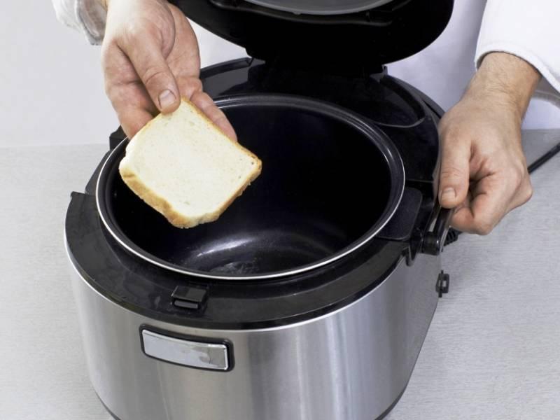 Натрите кусочек хлеба чесноком и слегка обжарьте в чаше мультиварки до румянца.