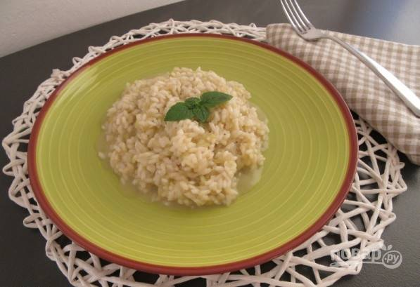 4.Добавляйте горячий бульон по 1-му половнику, пока рис не приготовится. Подайте ризотто горячим.