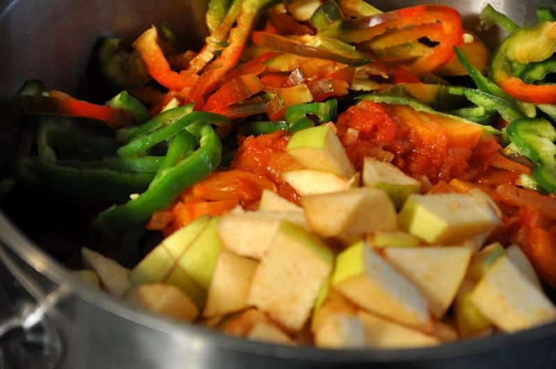 Когда нут свариться, сливаем с него воду, выкладываем в кастрюлю бараньи ребра, обжаренные морковь и лук, перец и айву.