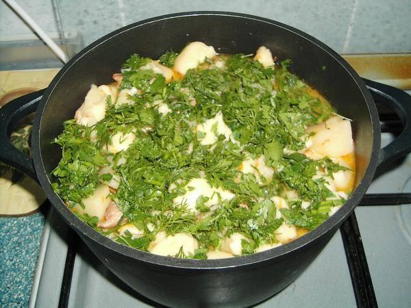 12. Свежую зелень вымыть, просушить и измельчить. Всыпать зелень и можно снимать блюдо с огня. Вот такой необычный, но довольно простой рецепт галушек по-немецки.